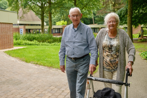 AGV 2016 Bosgoed echtpaar in tuin met rollator WEB